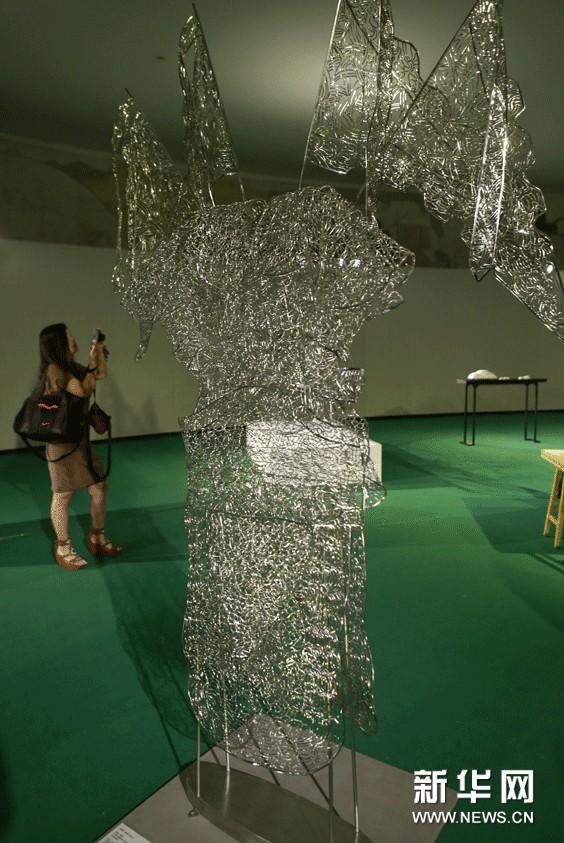 观众在展厅内欣赏香港著名艺术家文凤仪的雕塑作品《记忆 缀白》。