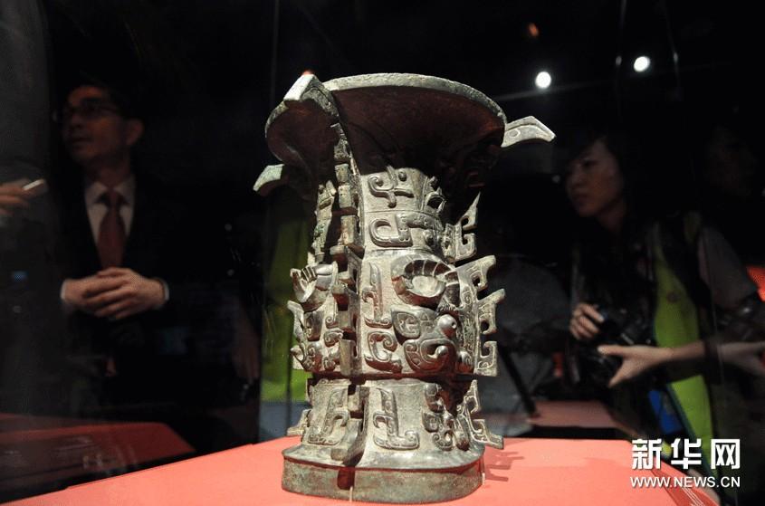 """10月8日,参观者在台北故宫举办的""""西周文化特展""""上观看青铜器""""何尊""""。"""