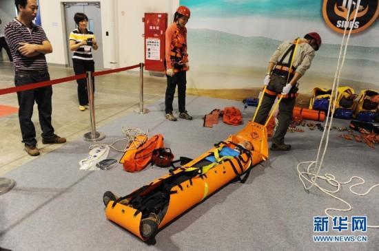 10月10日,工作人员在第四届上海国际减灾与安全博览会上演示单人移动担架的使用方法。新华社签约摄影师 赖鑫琳摄