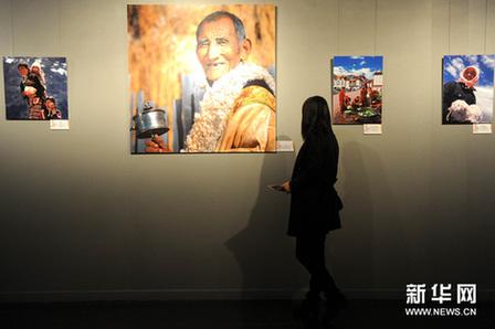 观众在国家大剧院东展厅观看展览。新华网图片 罗晓光摄