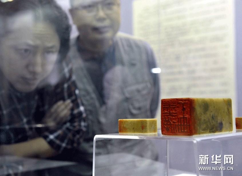 市民在参观邓散木先生篆刻作品。