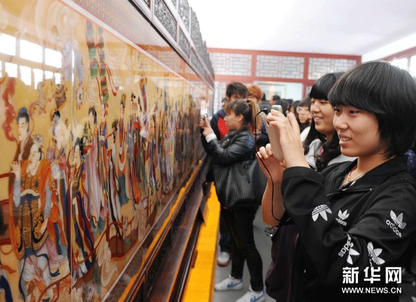 观众在参观2012全国中国工笔画展