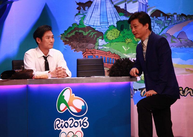 """图:主持人崔永元在《谢天谢地你来啦》中对话""""同龄人""""杜德伟"""
