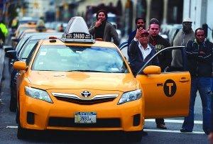 纽约油荒:车队排了10个街区 每辆车限加40美元油