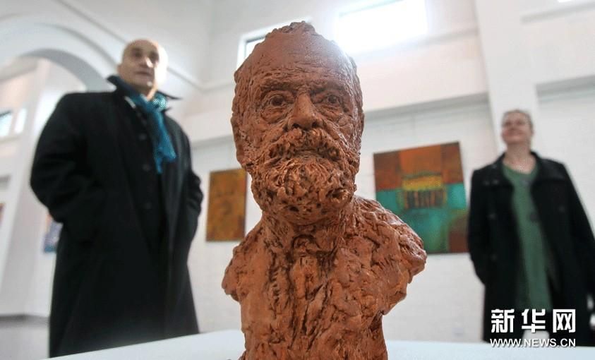 11月8日,参观者在法国当代艺术展上观看陶土雕塑作品《雨果胸像》。
