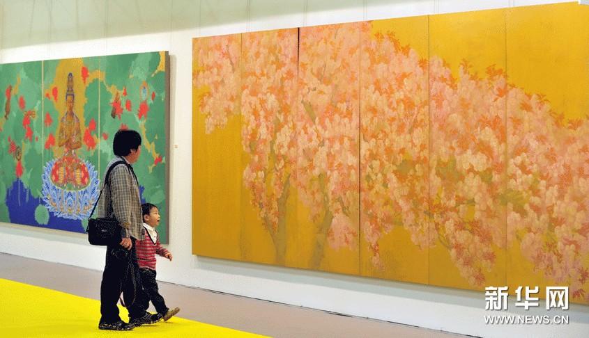 11月8日,参观者在2012第19届台北国际艺术博览会上欣赏艺术作品。