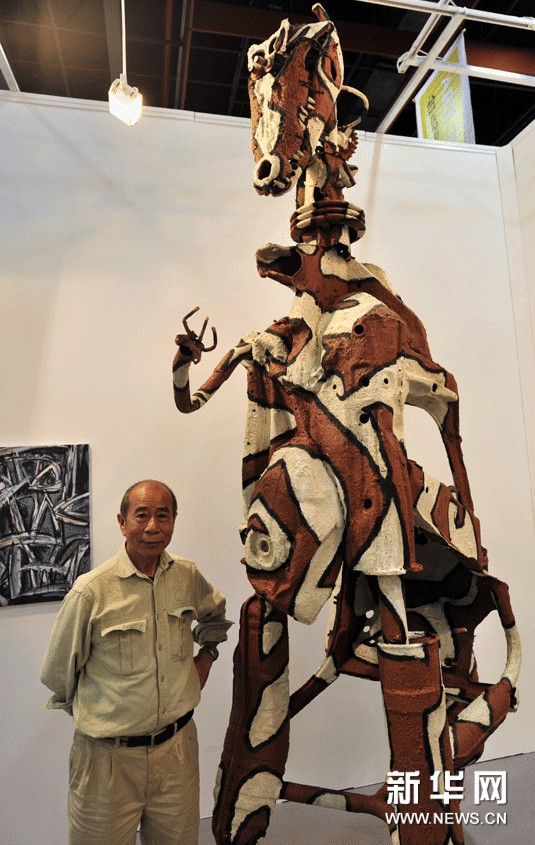 11月8日,台湾画家吴炫三在展示用废弃的汽车零件创作的作品《前进的人类》。