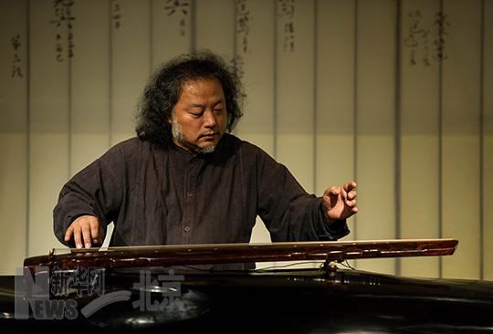 11月13日,古琴艺术家王鹏在展览现场弹奏古琴。
