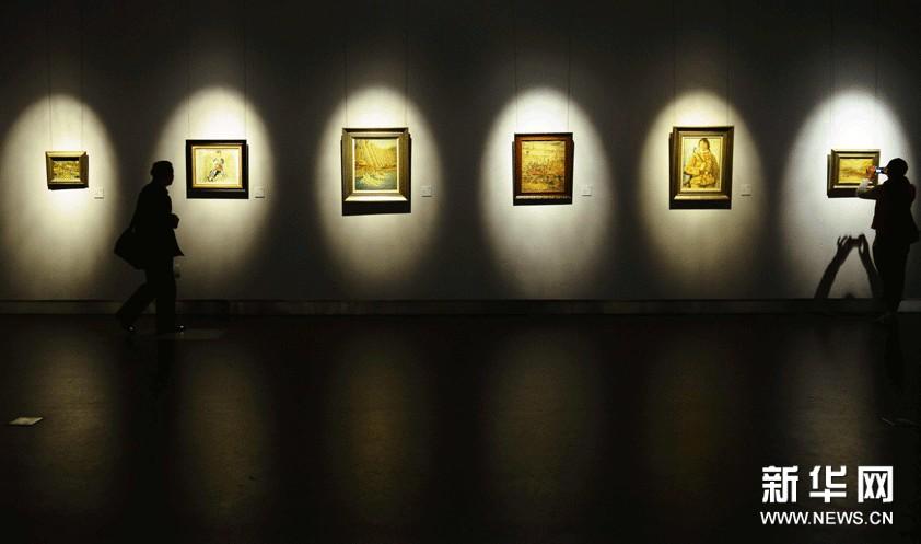 11月14日,参观者在浙江美术馆欣赏林达川的油画作品。