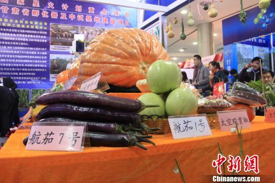"""杨凌农高会展区内被贴上""""太空""""标签的农产品。 记者 张一辰 摄"""