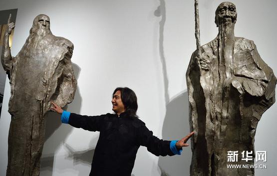 11月23日,在意大利罗马威尼斯宫,中国雕塑家吴为山介绍以达芬奇和齐白石为主题的作品。新华网图片 王庆钦 摄