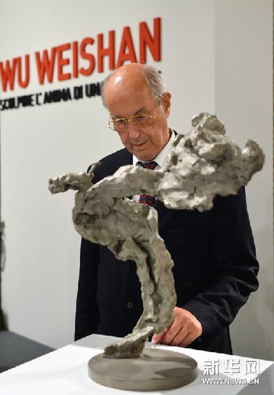 11月23日,在意大利罗马威尼斯宫,一位意大利观众欣赏中国雕塑家吴为山的作品《李白》。新华网图片 王庆钦 摄