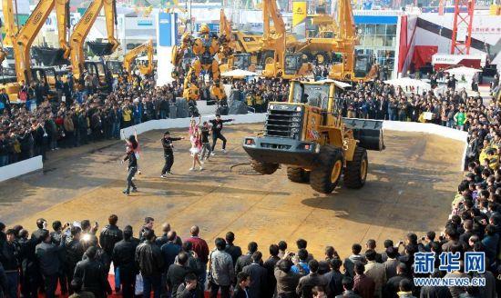 11月27日,一台铲车在博览会现场表演特技。新华社记者 裴鑫 摄