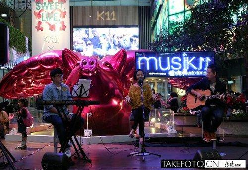 12月1日,几名年轻艺人在香港K11为顾客表演。