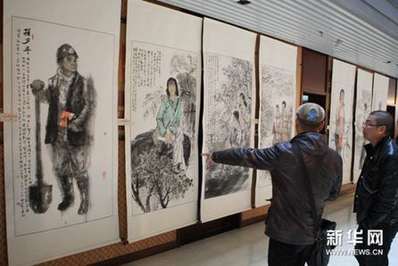 12月1日,观众在欣赏纪念路遥中国名家书画作品展。