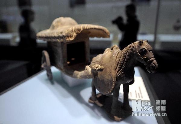 这是从丹麦追索回归的中国元代灰陶马车(12月25日摄)。 新华社记者 郭程 摄