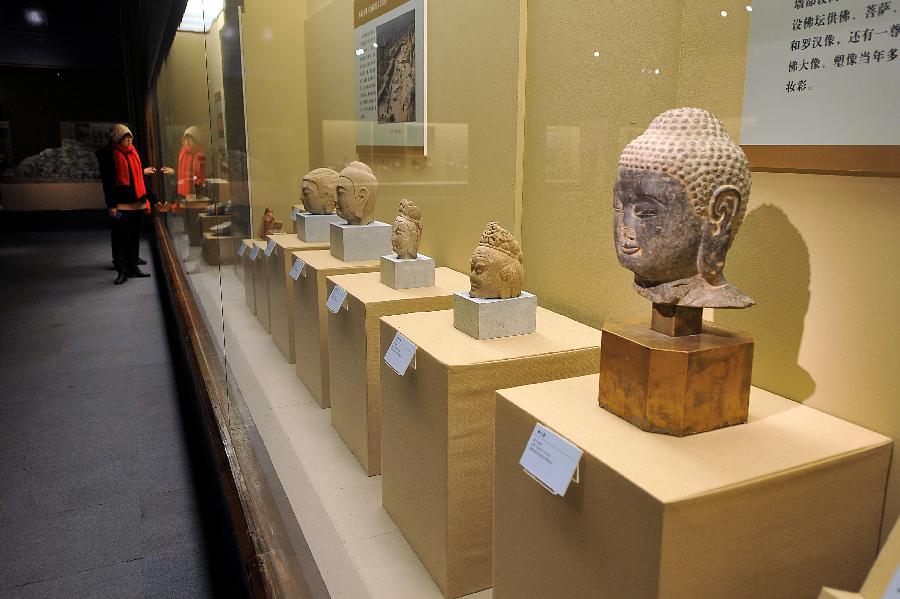 """12月25日,参观者在""""文明的足迹中国社会科学院考古研究所优秀成果展""""上参观。"""