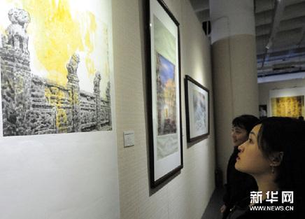 12月30日,观众在观看展览。新华网图片 唐召明 摄