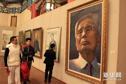 1月6日,观众在活动现场欣赏由全国20位画家为10位大师创作的画作。新华网图片 张燕辉 摄