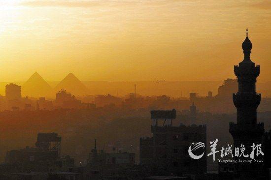 埃及首都开罗,清真寺和金字塔沐浴在落日余晖中