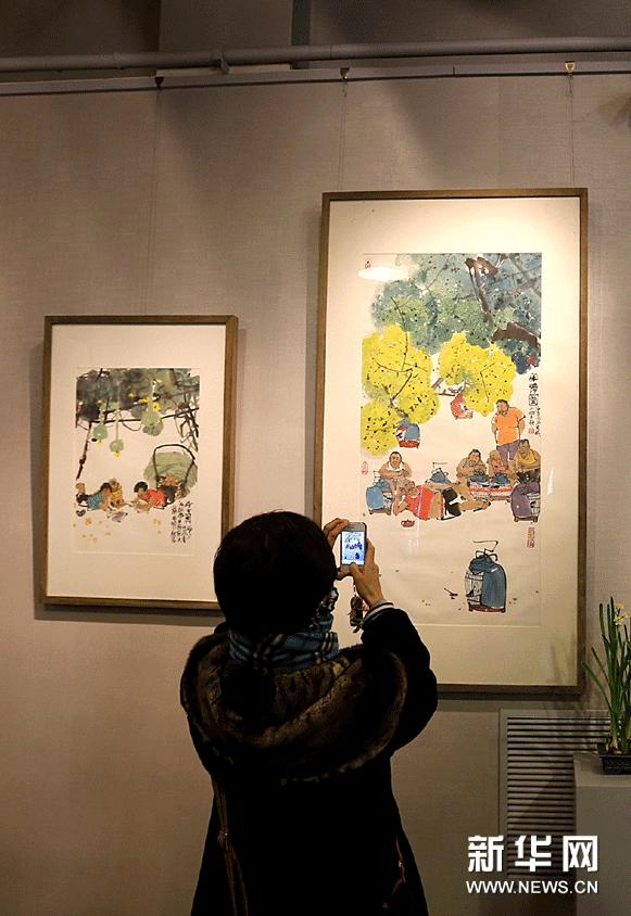 1月19日,一名观众在拍摄马海方的作品。