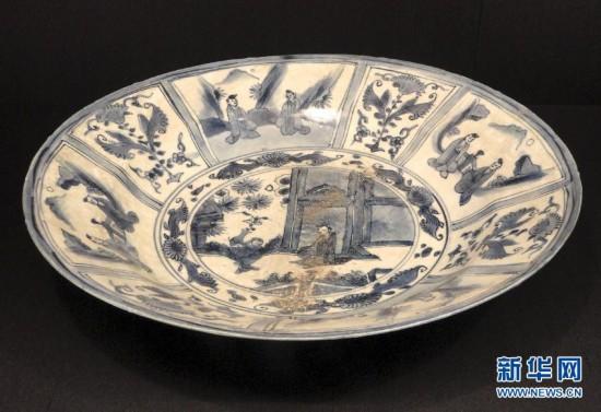 这是1月19日在苏州博物馆拍摄的万历朝文物《人物故事图克拉克瓷盘》。