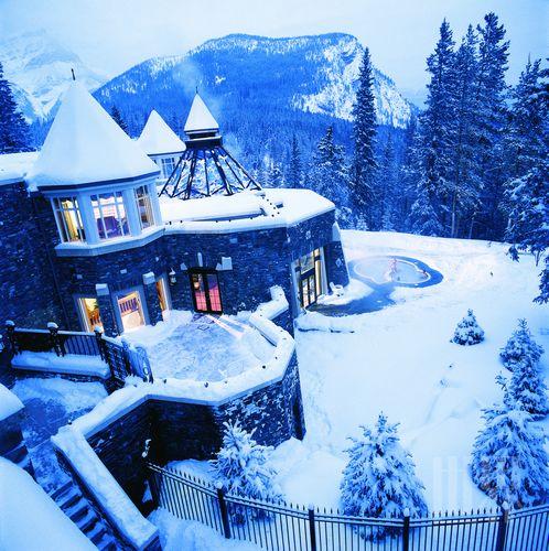 冬日里,城堡在白雪的覆盖下,显现出别样魅力