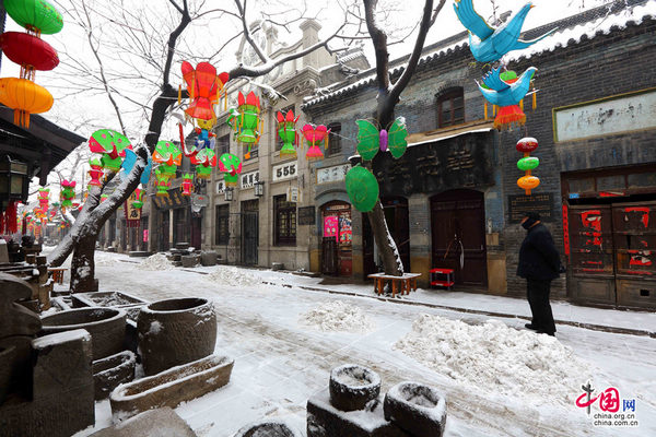 遗世的美丽 周村古商城年味之白雪映花灯。    张红霞 摄