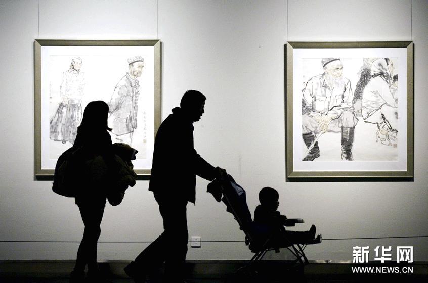 1月24日,参观者在江苏省美术馆欣赏绘画作品。