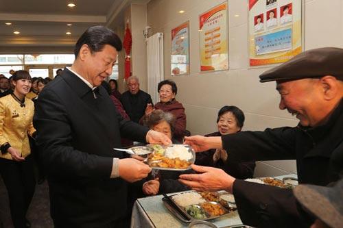 习近平4日上午来到兰州一家虚拟养老餐厅(图片来源新华社)