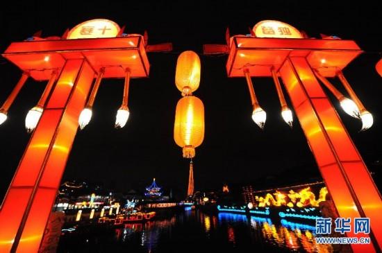 2月6日,南京夫子庙前的秦淮河沿岸彩灯齐放。