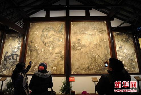 2月7日,几位观众在参观太平天国砖墙壁画。新华网图片 孙参 摄