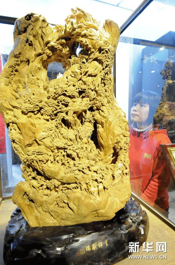 2月5日,市民在沉香木雕预展会上欣赏郑春辉的沉香木雕作品《呈祥献瑞》。
