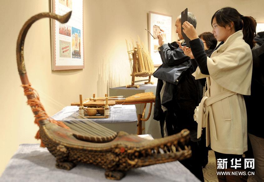 3月5日,观众在北京国家大剧院观看邮展。