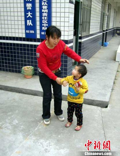 四川 谢明超/被绑架小孩与母亲在派出所重逢。谢明超摄