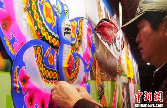图为北京国际礼品展吸引参观者。中新社发 钱兴强 摄