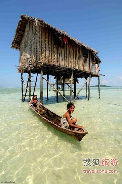 建在海上的高脚茅草屋