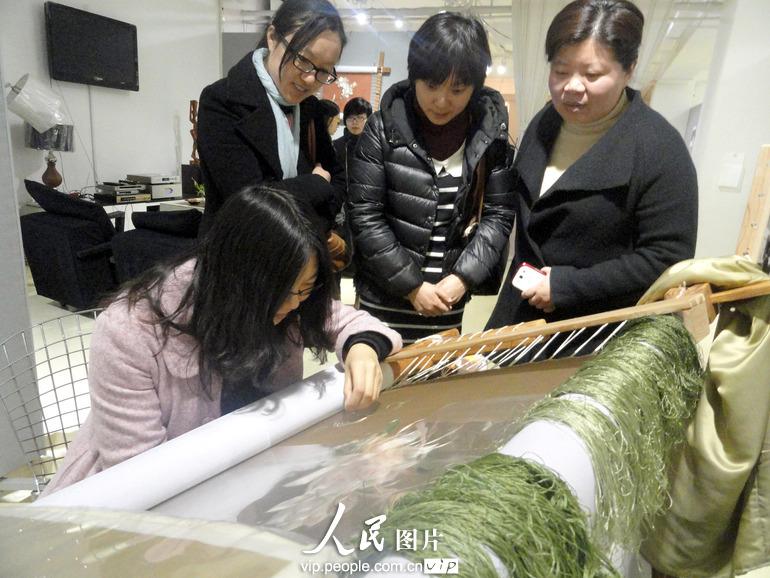 3月27日,苏州刺绣新人杨敏华在苏州肯达美术馆展示刺绣技艺。