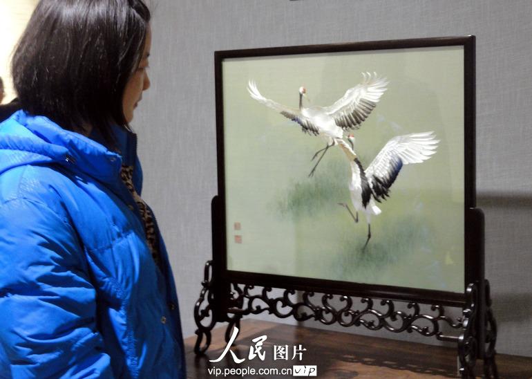 3月27日,参观者在苏州肯达美术馆观赏展出的刺绣作品。