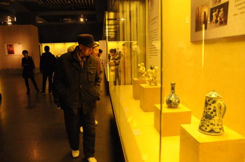 市民观看展品