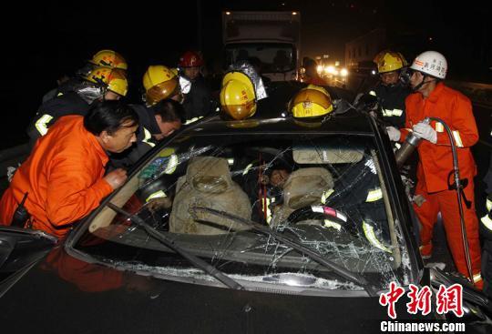 浙江嘉兴一货车追尾小轿车 致3人亡2人伤高清图片