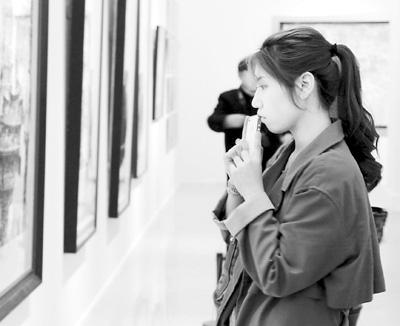 观众在欣赏江明贤的作品《台北府五城门》。 任成琦摄
