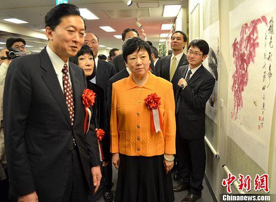 图为中国人民对外友好协会会长李小林(中)和日本前首相鸠山由纪夫(左一)等在欣赏参展作品。中新社发 谢国桥 摄