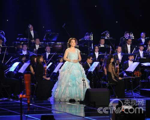 美声选手郑洁演唱《我像雪花天上来》