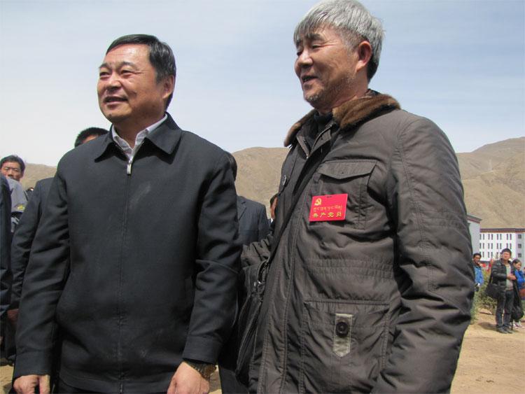 4月14日是玉树地震三周年纪念日,在玉树州结古镇举行的万人植树造林活动中,青海省代省长郝鹏与一位老党员志愿者合影。