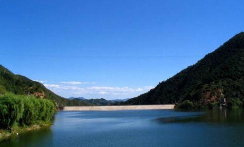 五一假期放松身心 与亲友去京郊水库烧烤野营