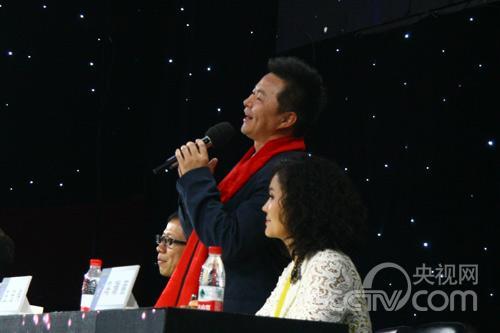 王宏伟与选手王喆对唱歌曲