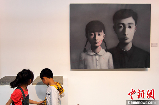 5月19日,《演变》当代艺术作品展在位于南京城南1865创意产业园内的南京先锋当代艺术中心举行,集中展出了25位中国当代艺术家的45件现代架上绘画作品,总价值近1亿元人民币,吸引了众多艺术爱好者前来参观欣赏。中新社发 泱波 摄