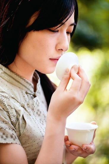由于用炭火反复烘焙,岩茶有种特别的茶叶都不具备的独特香味