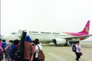 """旅客下机,重新安检 网友""""V5水哥""""供图"""